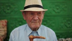 Molto ritratto dell'uomo anziano con le emozioni Aspettando qualcuno stock footage