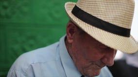 Molto ritratto dell'uomo anziano con le emozioni Fronte triste stock footage