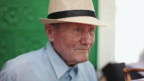 Molto ritratto dell'uomo anziano con le emozioni Nonno triste stock footage