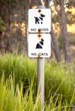 Molto sbiadito firmi dentro la riserva naturale: Nessun cani, nessun gatti Fotografia Stock