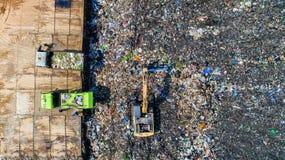Molto spreco è eliminato nei pozzi di smaltimento dei rifiuti makro Fotografia Stock