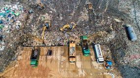 Molto spreco è eliminato nei pozzi di smaltimento dei rifiuti makro Fotografie Stock