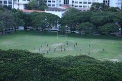 Molto studente sta giocando a calcio dopo classe fotografie stock libere da diritti