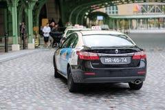 Molto taxi che fa la coda davanti al parigino Casio in Macao, passeggeri turistici aspettanti Macao, Cina, il 5 giugno 2018 fotografia stock