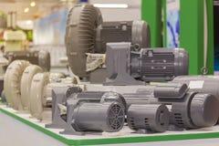 Molto tipo di nuovi motore elettrico e ventilatore sulla tavola immagini stock libere da diritti