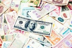 Molto vecchi soldi dei paesi differenti con la banconota in dollari 100 sul wo Immagini Stock Libere da Diritti