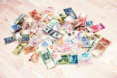 Molto vecchi soldi dei paesi differenti con la banconota in dollari 100 sul wo Fotografia Stock Libera da Diritti
