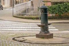 Molto vecchio, arrugginito, fontanella nella via, Oporto, Portogallo del ferro fotografie stock