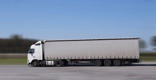 Molto veloce un camion di 18 carrai che guida sulla strada principale fotografia stock
