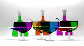 Molto vetri piani di cocktail e del vino con le bottiglie Fotografia Stock