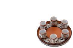 Molto vetro e piatto dell'argilla su fondo bianco Fotografia Stock