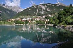 Molveno con el lago, Italia fotografía de archivo libre de regalías
