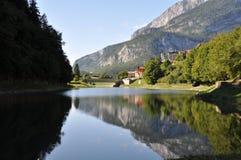 Molveno con el lago, Italia fotografía de archivo