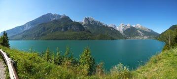 Molveno sjö och Dolomiti di Brenta grupp Royaltyfri Fotografi