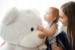 Mom που αγκαλιάζει και που φιλά τη μικρή κόρη του στοκ φωτογραφία με δικαίωμα ελεύθερης χρήσης