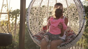 Mom και λίγη κόρη που έχουν τη διασκέδαση στην ταλάντευση απόθεμα βίντεο