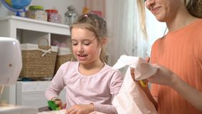Mom και αυτή λίγη daughter do needlework από κοινού Το κορίτσι με το ψαλίδι κόβει τ φιλμ μικρού μήκους