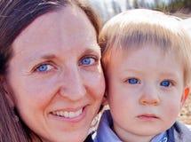 Mom και γιος με τα μπλε μάτια Στοκ φωτογραφίες με δικαίωμα ελεύθερης χρήσης