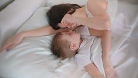 Mom και γιος ξυπνήστε από κοινού απόθεμα βίντεο