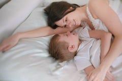 Mom και γιος ξυπνήστε μαζί στο κρεβάτι στοκ εικόνες με δικαίωμα ελεύθερης χρήσης