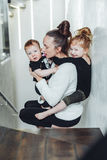 Mom και γιος στα όπλα της, κόρη σε την πίσω στοκ φωτογραφία με δικαίωμα ελεύθερης χρήσης