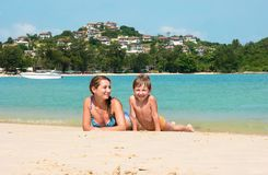 Mom και γιος στην παραλία στην Ταϊλάνδη στοκ εικόνες
