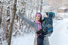 Mom και γιος το χειμώνα Στοκ εικόνα με δικαίωμα ελεύθερης χρήσης