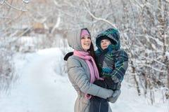 Mom και γιος το χειμώνα Στοκ Φωτογραφία