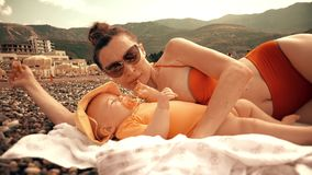 Mom και η κόρη μωρών της στην παραλία απόθεμα βίντεο