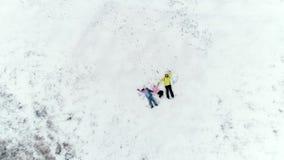 Mom και κόρες που βάζουν στο χιόνι φιλμ μικρού μήκους