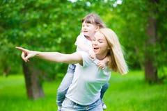 Mom και κόρη, διασκέδαση, παιχνίδι στοκ φωτογραφίες