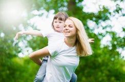 Mom και κόρη, διασκέδαση, παιχνίδι Στοκ φωτογραφία με δικαίωμα ελεύθερης χρήσης