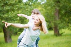 Mom και κόρη, διασκέδαση, παιχνίδι Στοκ Εικόνες