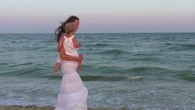 Mom και κόρη θαλασσίως απόθεμα βίντεο