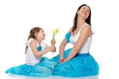 Mom και κόρη με ένα λουλούδι της τουλίπας Στοκ φωτογραφία με δικαίωμα ελεύθερης χρήσης