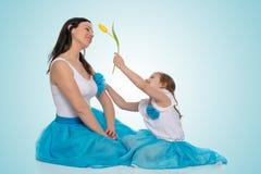 Mom και κόρη με ένα λουλούδι της τουλίπας Στοκ Εικόνα
