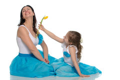 Mom και κόρη με ένα λουλούδι της τουλίπας Στοκ Εικόνες