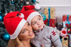 Mom και κόρη που προετοιμάζονται για τα Χριστούγεννα στοκ φωτογραφία με δικαίωμα ελεύθερης χρήσης