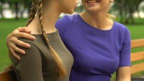 Mom και κόρη που συζητούν τις αστείες στιγμές και που γελούν, οικογενειακή φιλία απόθεμα βίντεο