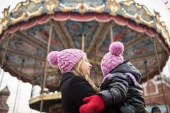Mom και κόρη στην αγορά Χριστουγέννων στο υπόβαθρο μου Στοκ Εικόνα