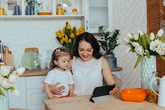 Mom και κόρη στην κουζίνα στοκ φωτογραφία με δικαίωμα ελεύθερης χρήσης