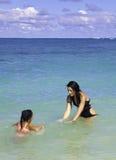 Mom και κόρη στην παραλία Στοκ εικόνες με δικαίωμα ελεύθερης χρήσης