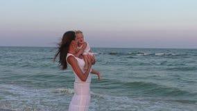 Mom και κόρη στη θάλασσα απόθεμα βίντεο