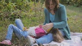 Mom και κόρη στο γέλιο και το φιλί φύσης απόθεμα βίντεο