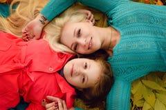 Mom και κόρη στο δάσος φθινοπώρου Στοκ φωτογραφία με δικαίωμα ελεύθερης χρήσης