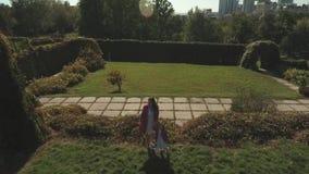 Mom και κόρη στο πάρκο από κοινού Πυροβοληθείς στον κηφήνα απόθεμα βίντεο