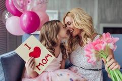 Mom και κόρη στο σπίτι Στοκ Φωτογραφία