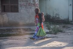 Mom και μωρό στην πέτρινη πόλη σε Zanzibar Τανζανία στοκ φωτογραφία