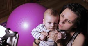 Mom και μωρό στην τηλεοπτική κλήση απόθεμα βίντεο