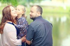 Mom και νέοι κόρη και μπαμπάς που περπατούν στο θερινό πάρκο Στοκ εικόνα με δικαίωμα ελεύθερης χρήσης